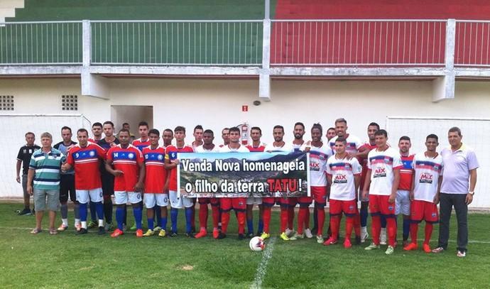 Jogadores do Vilavelhense e de Venda Nova do Imigrante confraternizam antes da partida (Foto: Divulgação/Arquivo Pessoal)