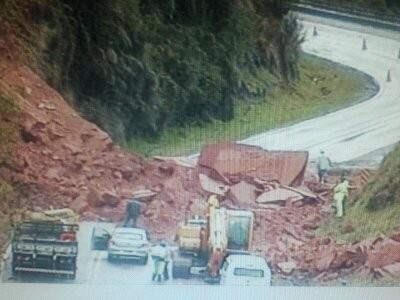 Barreira cai e interdita pista em Monte Castelo (Foto: PRF/Divulgação)