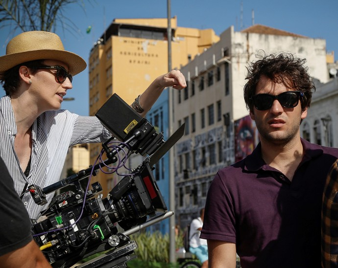 Humberto Carrão ensaia a cena sob o comando da diretora (Foto: Raphael Dias/Gshow)