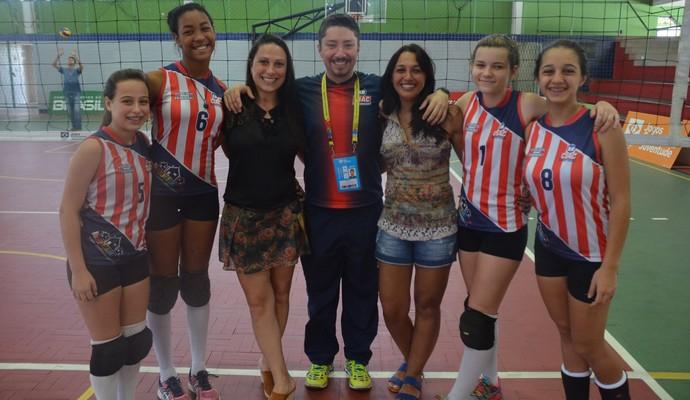 Istéfani e Ana Gabriela Cosme, com Chamberly Buteri e Priscila Pizzol e Macário Secco (Foto: Larissa Keren / GloboEsporte.com/pb)