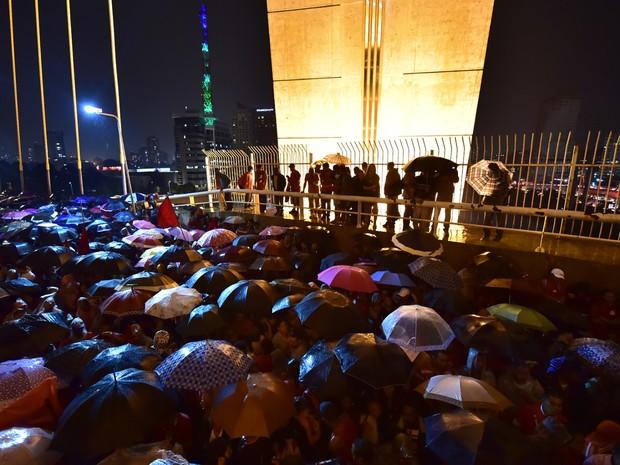 Manifestantes encerraram manifestação na Ponte Estaiada sob chuva nesta quinta-feira (22) na Zona Sul de São Paulo. (Foto: Nelson Almeida/AFP Photo)