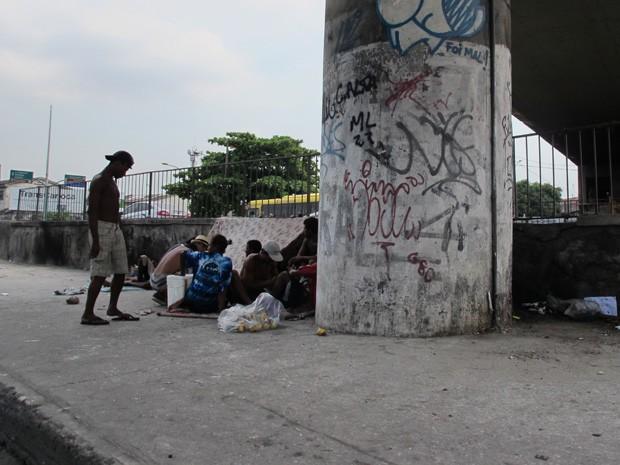 Pessoas voltam a consumir crack na Av. Brasil após operação (Foto: João Bandeira de Mello/G1)