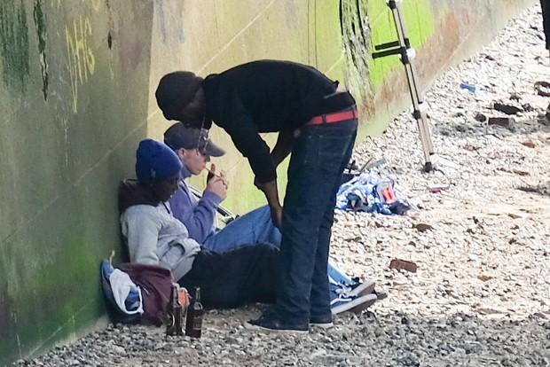 Rocco, filho de Madonna, fuma cigarro suspeito com amigos em Londres (Foto: Grosby Group)
