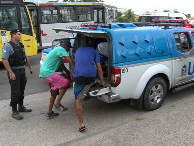 Grupo é preso após assaltar ônibus na Avenida Brasil (Foto: Reprodução/TV Globo)