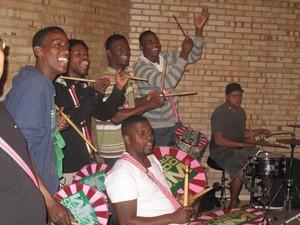 Músicos de escolas de sambas dão o tom do show do dia 21 de setembro (Foto: Gabriel Barreira/G1)