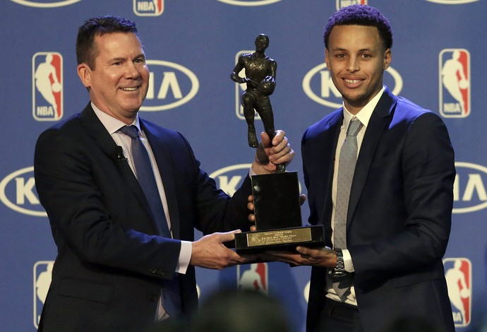 Stephen Curry recebe o troféu de MVP da temporada da NBA (Foto: AP Photo/Jeff Chiu)