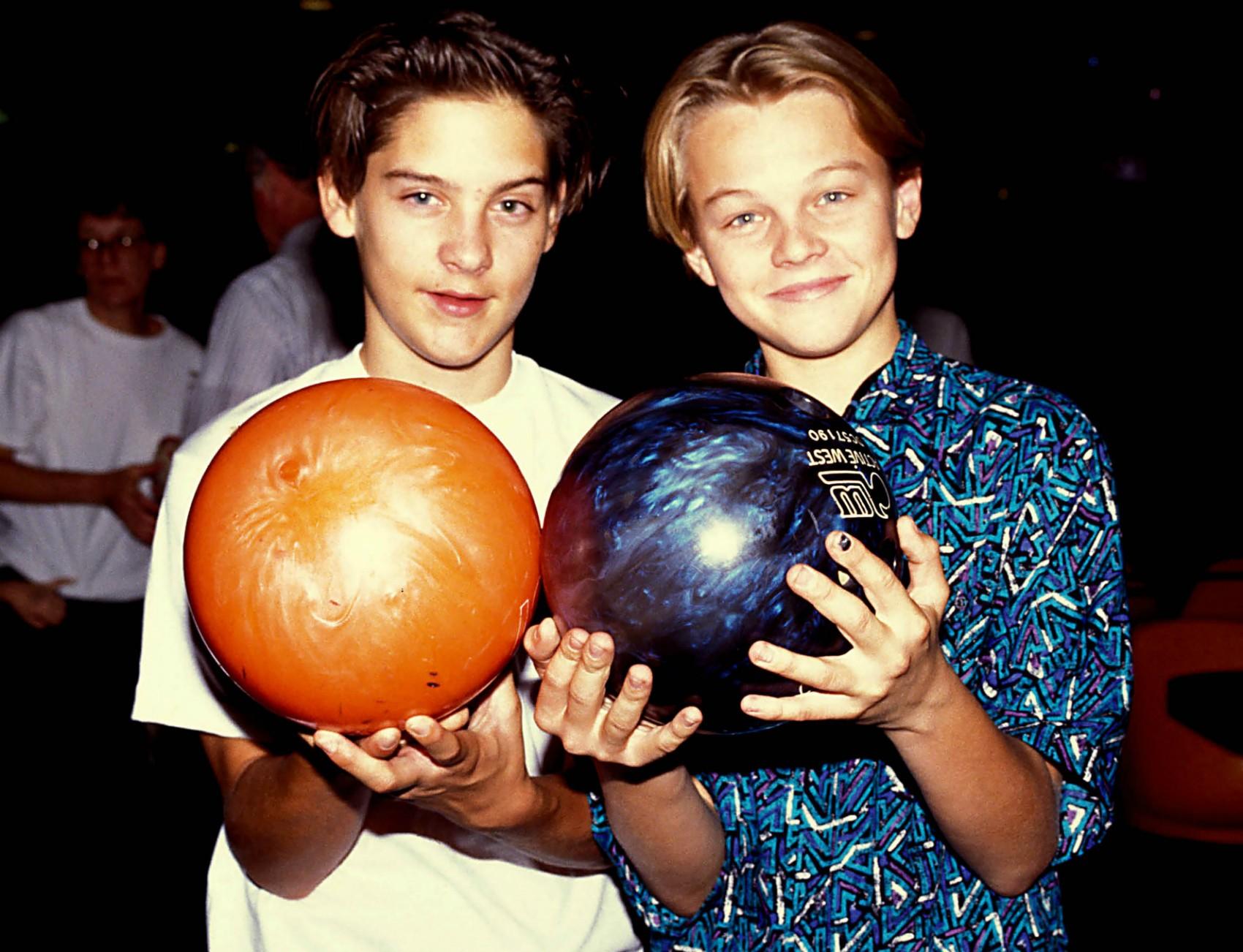 Leonardo DiCaprio (à dir.) e Tobey Maguire ficaram amigos quando eram atores-mirins em Hollywood. Ambos atualmente estão prestes a completar 40 anos. (Foto: Zuma Press/Keystone Brasil)