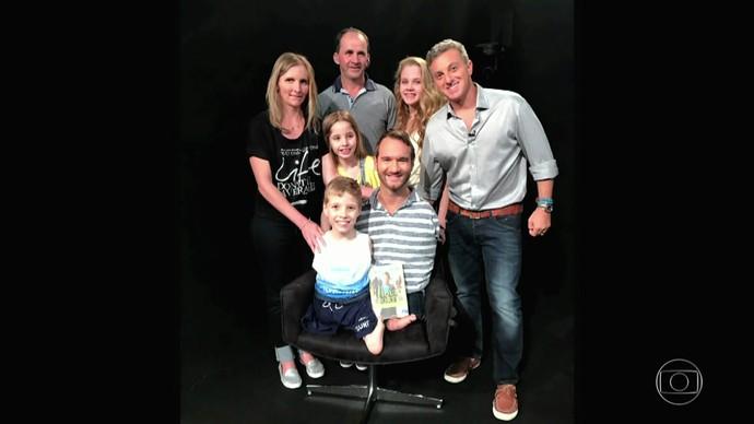 Luciano posa com Nick e a família de Tiago (Foto: TV Globo)