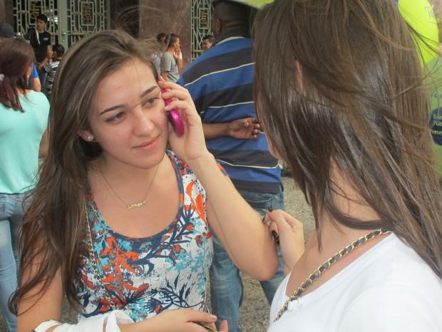 Larissa Freitas liga para o pai depois de descobrir que estação estava fechada (Foto: Roney Domingos/G1)