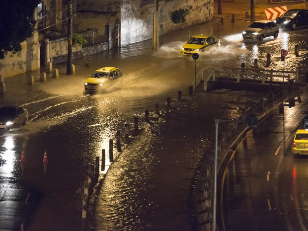Carros circulam por área alagada na Zona norte do Rio de Janeiro. (Foto: Celso Pupo/Fotoarena/Estadão Conteúdo)