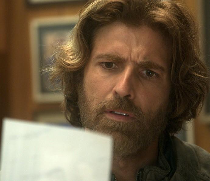 Pedro encontra foto de Carmem em dossiê em sala secreta de Fausto (Foto: TV Globo)