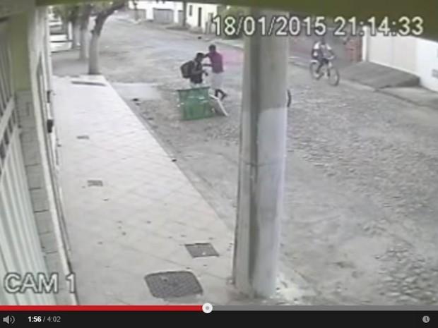 Nas imagens um dos assaltantes está com o canivete nas mãos. (Foto: Reprodução/youtube)