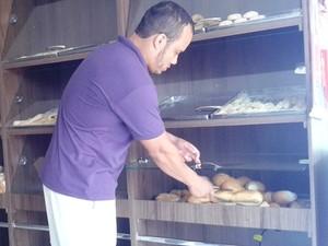 Para não perder clientes, comerciante comprou pães de outro estabelecimento  (Foto: Michelly Oda / G1)