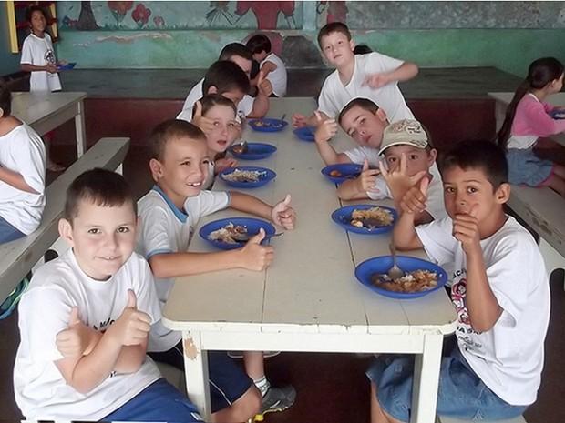 """'Muitos pais dizem que a comida da escola é melhor que eles têm em casa"""", diz secretário. (Foto: Prefeitura de Peabiru/Divulgação)"""