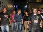Thaís Fersoza e Michel Teló vão a Sapucaí cercados de seguranças