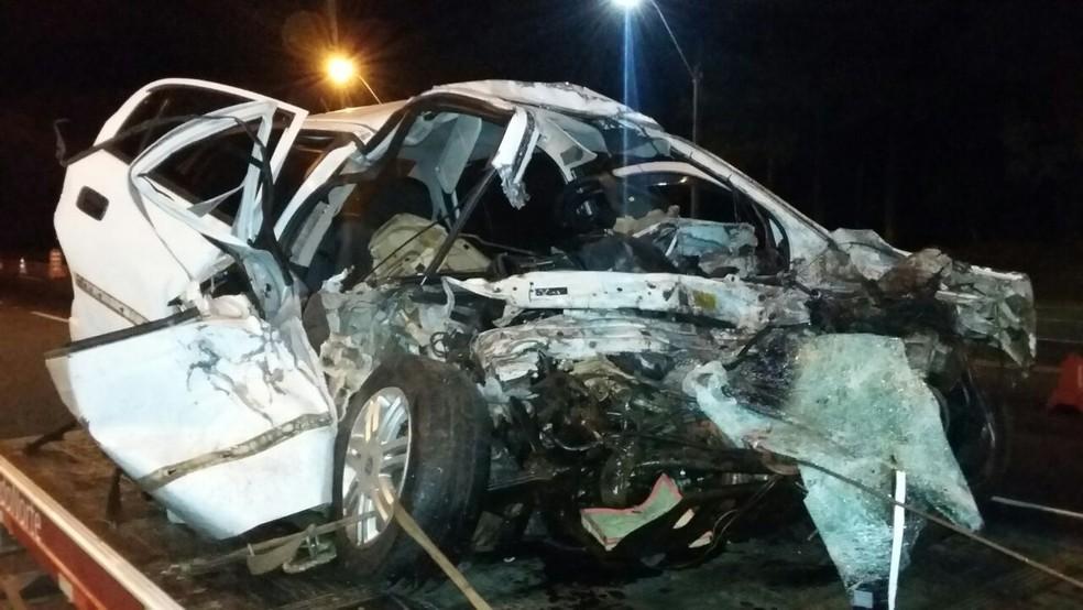 Carro ficou completamente destruído (Foto: Divulgação/PRF)