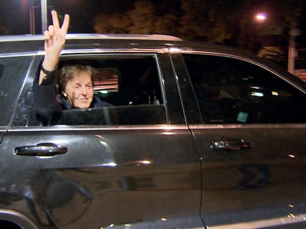 Ao deixar o Mineirão, Paul McCartney acenou para fãs (Foto: Reprodução/TV Globo)