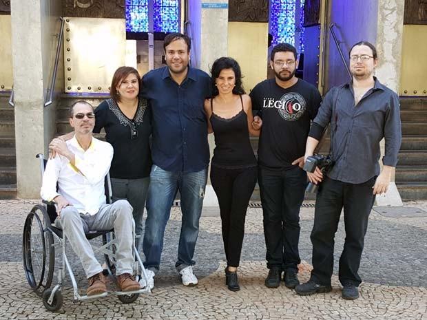 Grupo que gravou vídeo para petição é formado pela irmã de Renato Russo, Carmem Manfredini (de preto à esquerda), e amigos da família (Foto: Luciana Amaral/G1)