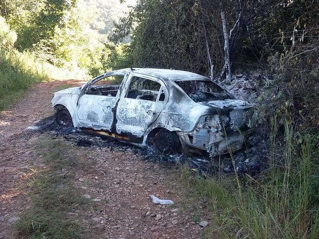 Carro usado como táxi foi encontrado completamente carbonizado (Foto: Divulgação/Polícia Civil)