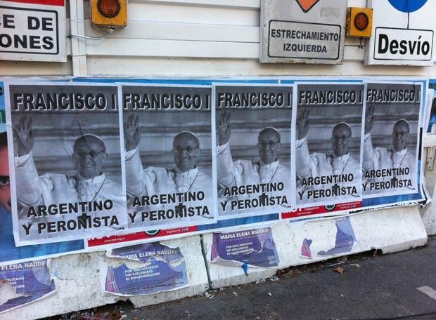 Cartazes na Praça de Maio relacionam o Papa Francisco ao peronismo, movimento político argentino, nesta sexta-feira (15) (Foto: Giovana Sanchez/G1)