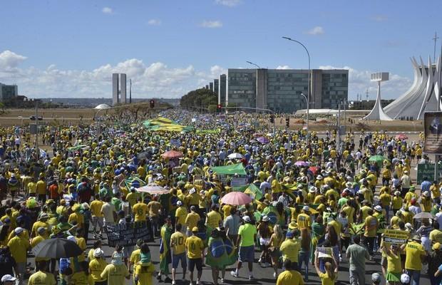 Manifestantes marcham em direção ao Congresso, em Brasília (Foto: Valter Campanato/Agência Brasil)