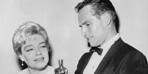Simone Signoret foia  primeira francesa a ganhar Oscar de melhor atriz. Na foto, ao lado do ator americano Charlton Reston. Foto: AFP (Foto: Simone Signoret foia  primeira francesa a ganhar Oscar de melhor atriz. Na foto, ao lado do ator americano Charlton Reston. Foto: AFP)