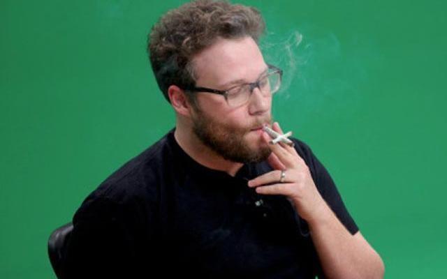 Seth Rogen fumando maconha durante participação em programa de Snoop Dogg (Foto: Reprodução)