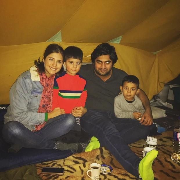 Tammy Di Calafiori e o amigo, Hassan Kassam, posam com crianças refugiadas (Foto: Reprodução / Instagram)