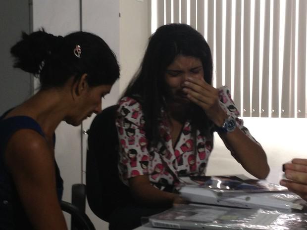 Oziene chora ao saber que filha voltará ao Brasil (Foto: Ludmylla Abreu/TV Anhanguera)