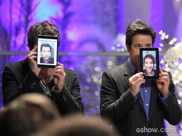Davi e Jonas trocam de face em apresentação  (Foto: Camila Camacho / TV Globo)