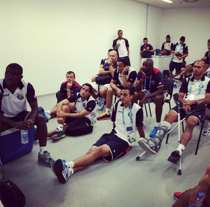 Jogadores da Costa Rica acompanham o jogo entre Uruguai e Inglaterra (Foto: Reprodução/Instagram)