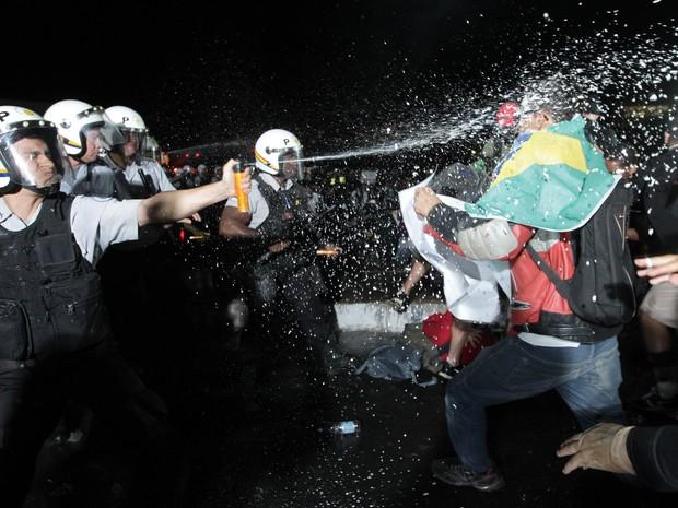 Brasília - Confronto entre manifestantes e policiais durante protesto na Esplanada dos Ministérios, em Brasília (Foto: Dida Sampaio/Estadão Conteúdo)