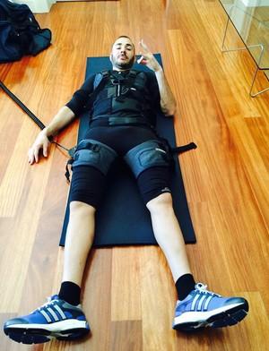 Benzema usa colete para melhorar rendimento (Foto: Reprodução)