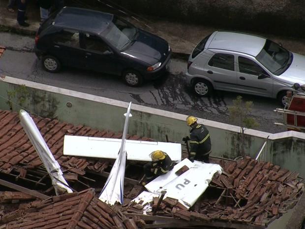 Piloto e aluno foram retirados com vida, após acidente em BH. (Foto: Reprodução/TV Globo)