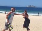 Em busca da boa forma, Gaby Amarantos se exercita em praia
