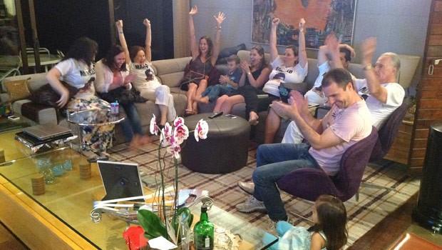 Família não conteu a alegria quando soube que Marcelo continua no BBB14 (Foto: Divulgação/RPC TV)