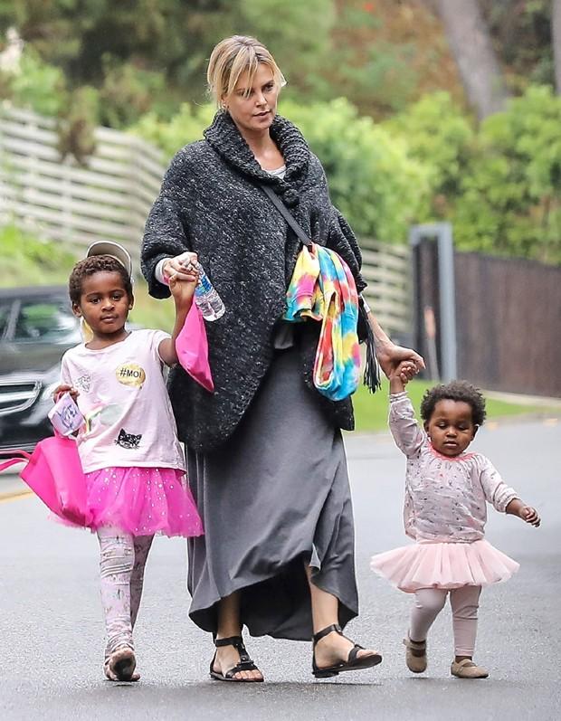 Charlize Theron e os filhos, Jackson e August, em outubro de 2016 (Foto: AKM-GSI)