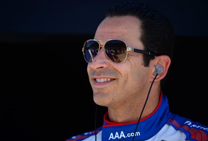 Todo sorrisos, Hélio Castroneves é o pole position da corrida da noite deste sábado (Foto: Getty Images)