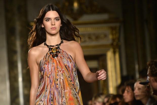 Kendall Jenner desfila para Emilio Pucci na semana de moda de Milão (Foto: AFP)