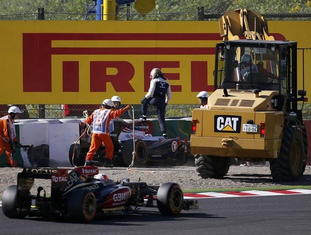 Pastor Maldonado deixa sua Williams após bater em treino livre no Japão (Foto: Reuters)