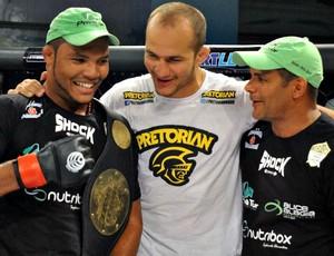 Campeão Kléber Orgulho comemora com Júnior Cigano e o técnico Yuri Carlton (Foto: Colin Foster/Jungle FC)