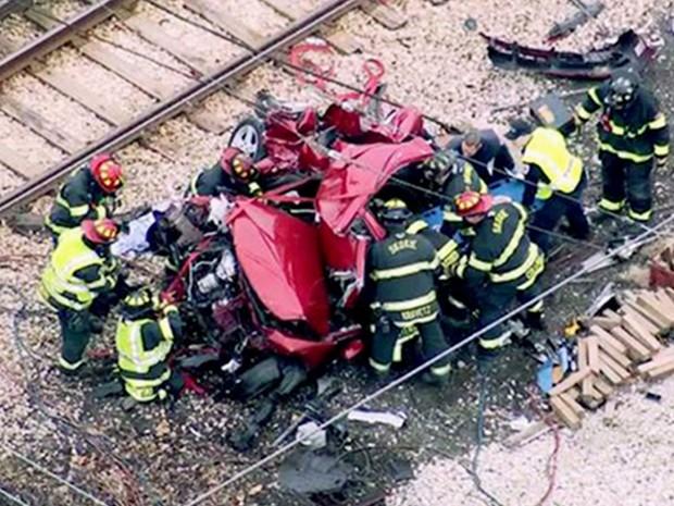 Imagem de vídeo mostra equipe de emergência no local onde um carro foi atingido por um trem em Chicago, na segunda (4) (Foto: WLS-TV via AP)