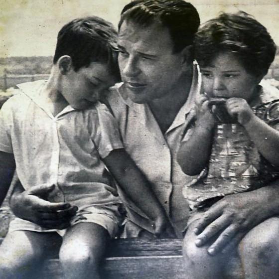 No dia em que se lembra dos 50 anos do golpe militar de 1964, imagem mostra o ex-presidente João Goulart ao lado dos filhos Vicente e Denize. Foram 21 anos de ditadura no Brasil (Foto:  EFE/ Familia Goulart)