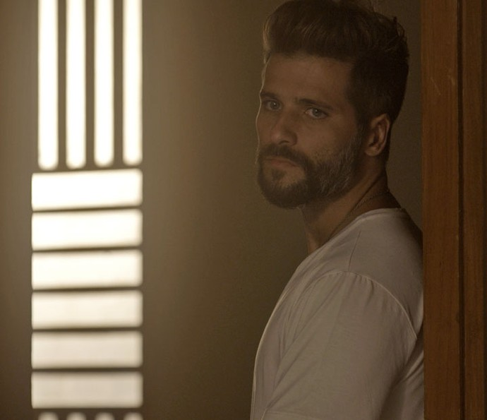 Mario entra no quarto de Alice e dá de cara com César na cama dela (Foto: TV Globo)