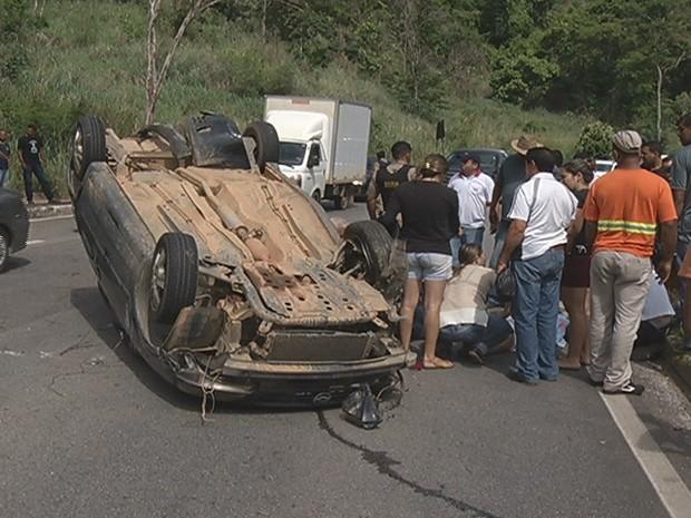 Duas pessoas que estavam no carro ficaram feridas (Foto: Reprodução / Inter Tv dos Vales )