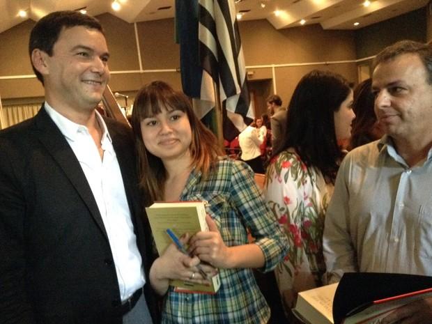 Economista foi 'cercado' e atendeu a pedidos de fotos e autógrafos (Foto: Darlan Alvarenga/G1)