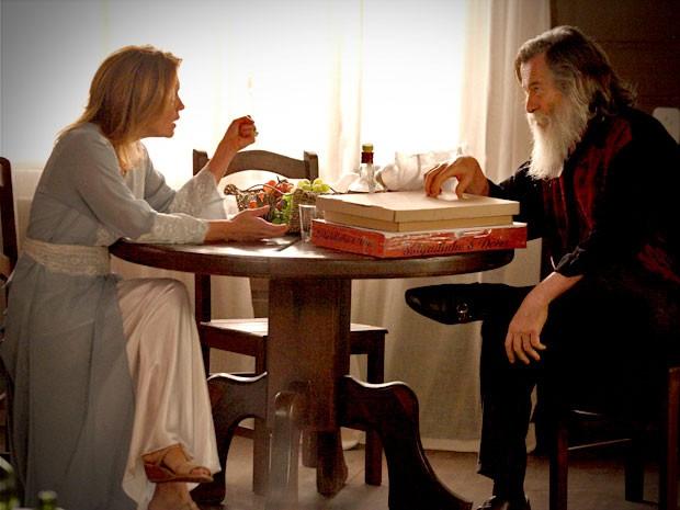 Nilo conta a Carminha que Jorginho e Nina vão casar (Foto: Avenida Brasil/TV Globo)