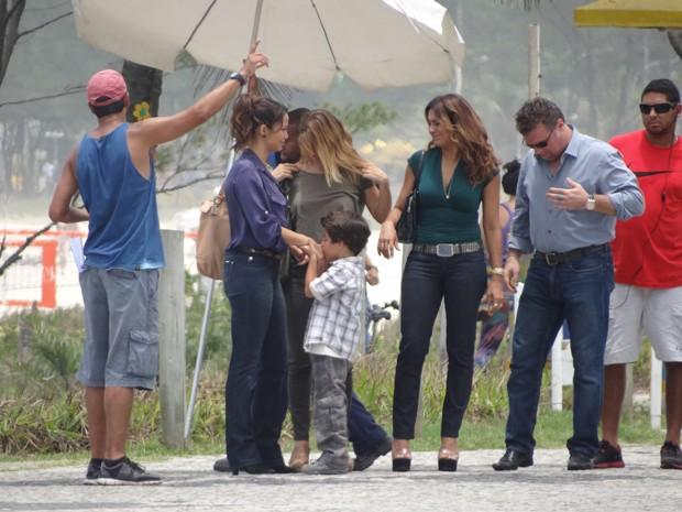 Fofo, Luiz Felipe Mello beija a mão de Nana Costa, sua mãe na ficção (Foto: Salve Jorge/TV Globo)