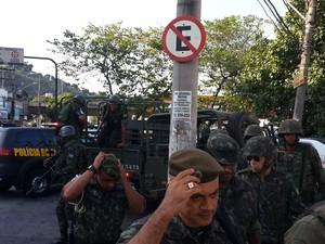 Militares do Exército chegam na 21ª delegacia, em Bonsucesso (Foto: Ari Peixoto/Tv Globo)