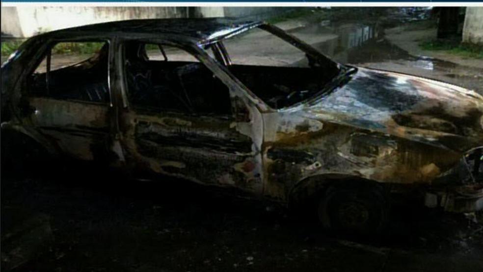 No 8º Distrito Policial, no Bairro José Walter, um carro foi incendiado.  (Foto: Reprodução/TV Verdes Mares)